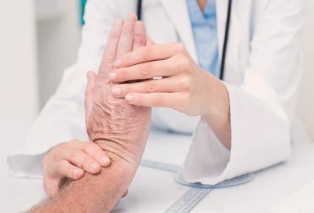 Папилломы на руках: причины возникновения и лечение
